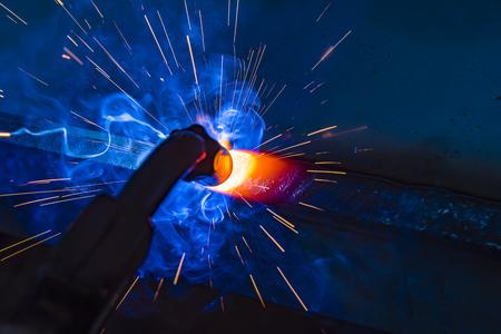溶接機、職人、工場で技術的な鉄鋼産業鋼溶接を建てる