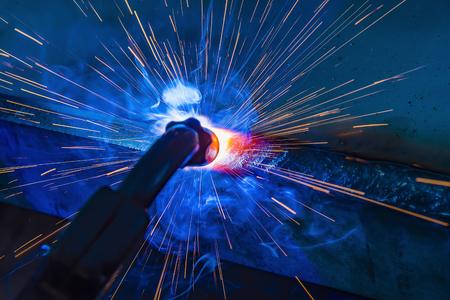 saldatore, artigiano, erigendo acciaio tecnico saldatore acciaio industriale in fabbrica