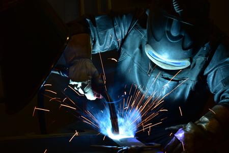 lasser, vakman, het opzetten van technisch staal Industriële stalen lasser in de fabriek