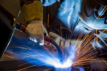 Soldador, artesano, montaje de acero técnico Soldador de acero industrial en fábrica Foto de archivo
