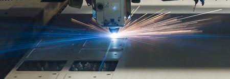 Technologie de fabrication de traitement de découpe au laser industriel de matériau en acier en tôle plate avec étincelles éclaboussures de métal découpées au laser