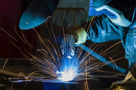 Schweißer, Handwerker, Montage von technischem Stahl Industriestahlschweißer im Werk Standard-Bild