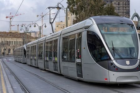 Jerusalem ist die meistbesuchte Stadt von Touristen in Israel Straßenbahn von Jerusalem Standard-Bild