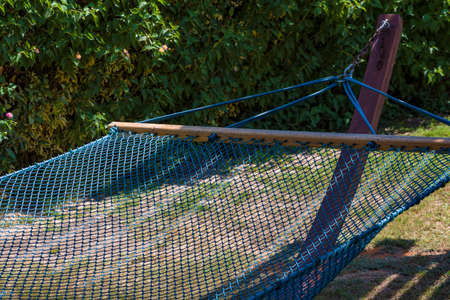 Hammock made of fabric rope. Mesh made of fabric rope. Hammock made of mesh on a background of green grass. Banque d'images