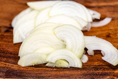 Onions, white onion sliced on wood planks Banque d'images