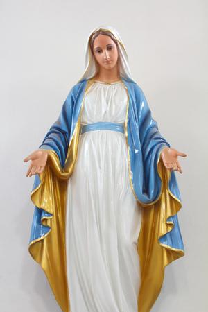 Beelden van de Heilige Vrouwen in de Rooms-Katholieke Kerk op een witte achtergrond