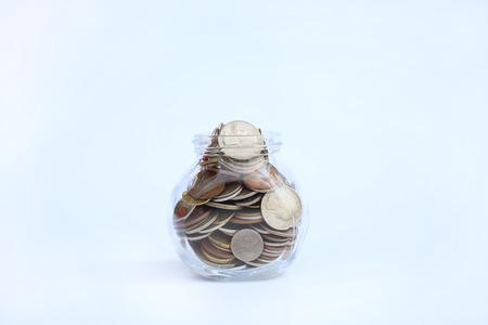 Monnaies internationales dans un bocal en verre sur fond blanc Banque d'images - 90937805
