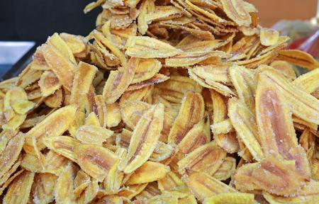 Gebratene dünn geschnittene Bananenchips mit Zucker.