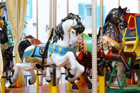 Karussell. Pferde auf einem Karneval Merry Go Round.