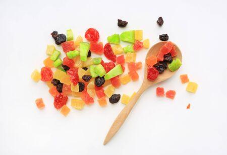 Mélange de fruits secs isolé sur fond blanc avec une cuillère en bois. Vue de dessus.