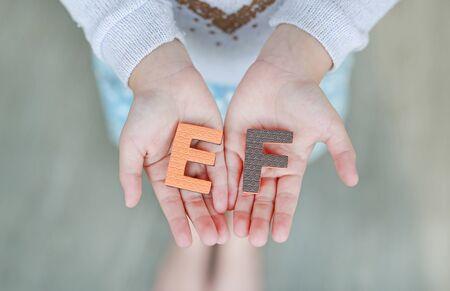 EF (Funciones ejecutivas) esponja el texto en las manos del niño. Concepto de educación y desarrollo. Foto de archivo