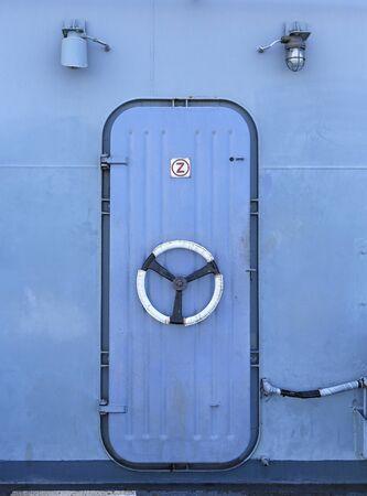 Puerta de acero en el acorazado