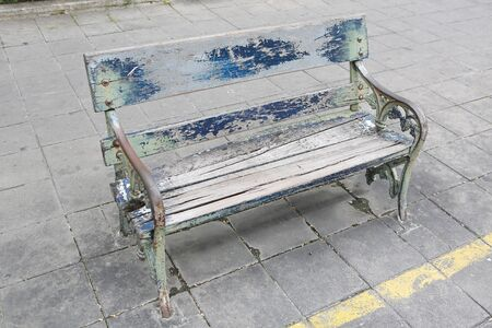 Old wood chair in the public garden. Banque d'images