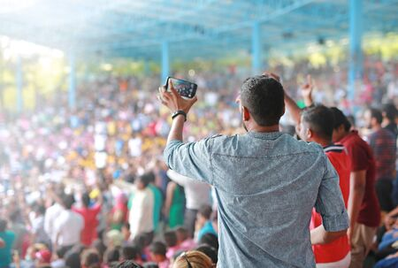 Das Publikum beim Konzert während der kreativen Musikshow. Das Publikum beobachtet das Stehen im Stadion emotional. Standard-Bild