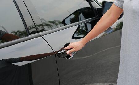 Hand on handle to open car door Stockfoto