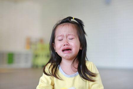 Cerrar niña niño llorando con lágrimas en su rostro.
