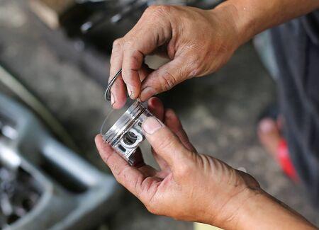 Un par de manos de técnico arreglando la motocicleta. Foto de archivo