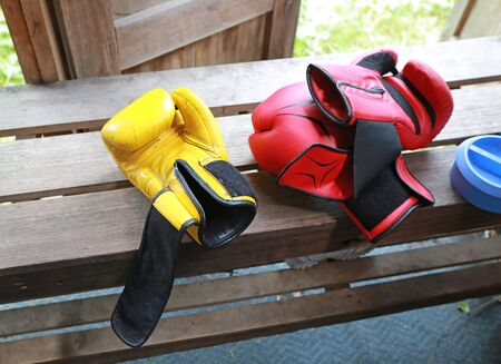 Red and yellow boxing gloves on wooden. Stok Fotoğraf - 131127631