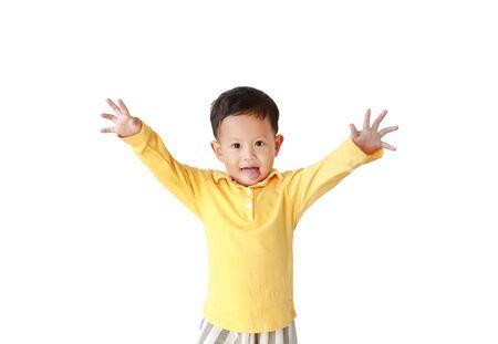 Retrato de niño pequeño sacando la lengua para cara divertida aislado sobre fondo blanco.