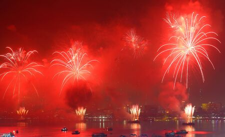 Feux d'artifice au-dessus du lac à Pattaya en Thaïlande