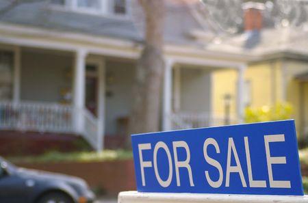 Huis te koop met een te koop bord