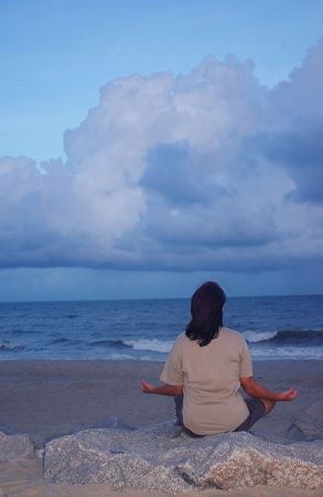 mujer meditando: Mujer meditating