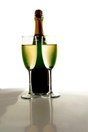 Champagner Gläser und Flaschen auf weißem Hintergrund Standard-Bild - 717782