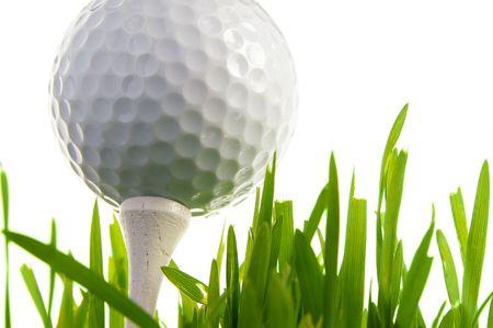 Golf ball: Macro de una pelota de golf sobre el tee, aisladas en blanco