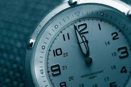 12 近くの両方の手と時計のクローズ アップ 写真素材