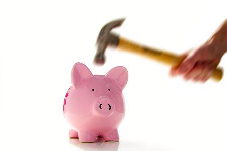Piggiy 銀行 (手とハンマーの貯金箱は鋭い動きの表示) を粉砕する約ハンマーします。 写真素材