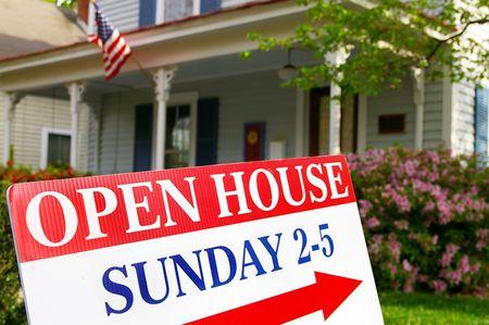 販売のための家の前の場合はオープンハウス記号 写真素材