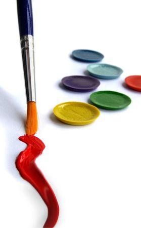 verschillen: Penseel, rode verf verven en tekent u pallet closeup Stockfoto