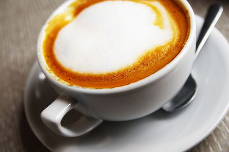 frothy: Closeup di una tazza di cappuccino spumoso