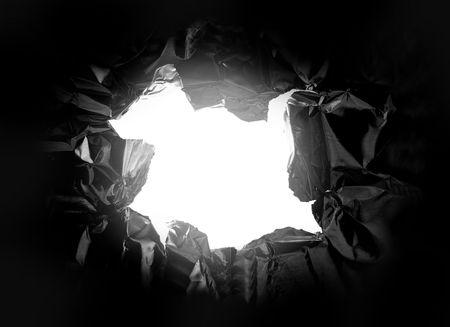 Gat gescheurd in een stuk metaal, met licht schijnt door Stockfoto - 3608779