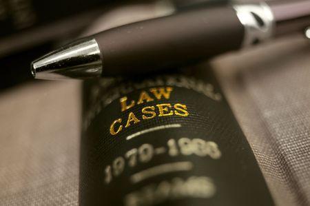 close-up van een pen op de top van een wet boek Stockfoto
