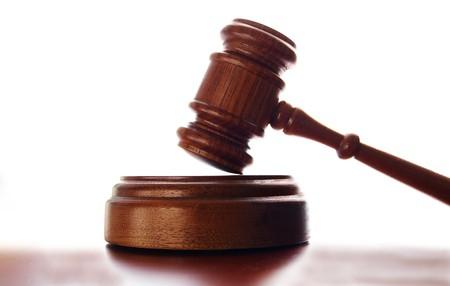 wooden judge gavel isolated on white background 免版税图像