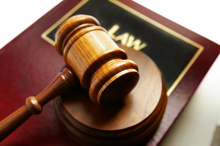 abogado: tribunal martillo en la parte superior de una ley del libro