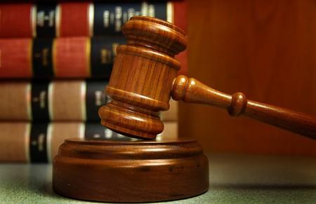 ley: Jueces martillo y libros apilados detr�s de la ley Foto de archivo