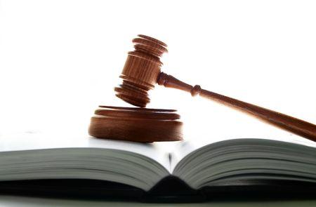 arbitrator: giudici tribunale martello su un lawbook, su sfondo bianco Archivio Fotografico