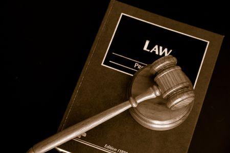 arbitrator: giudici tribunale martello su un libro di diritto, da sopra