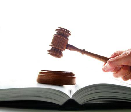 martillo juez: jueces tribunal martillo se golpean en un lawbook, sobre fondo blanco