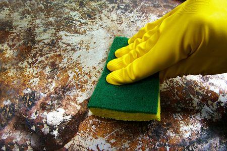 더러운 금속 표면을 닦는 낀 손 스톡 콘텐츠