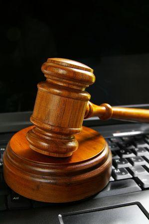 ノート パソコンのキーボードの上に裁判官裁判所小槌