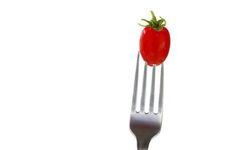 白で隔離、フォークの上のチェリー トマト