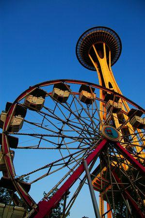 ferriswheel: Lo spazio-ago a Seattle, Washington, e una ruota panoramica Archivio Fotografico