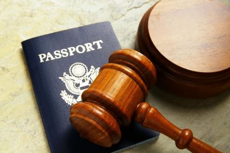 米国パスポートと裁判官の小槌、上から裁判所 写真素材