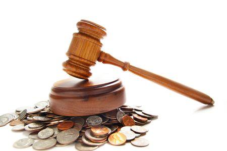 rechters wet hamer op een stapel van munten, over Wit Stockfoto