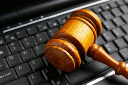 ラップトップ上の裁判官裁判所小槌のクローズ アップ 写真素材 - 6124403