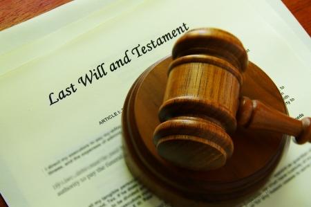 documentos legales: Martillo legal sobre una voluntad (documentos legales)  Foto de archivo