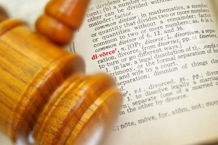 法的小槌と辞書で離婚のクローズ アップ